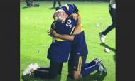 Salvio abraça a mãe nos festejos do título Boca Juniors