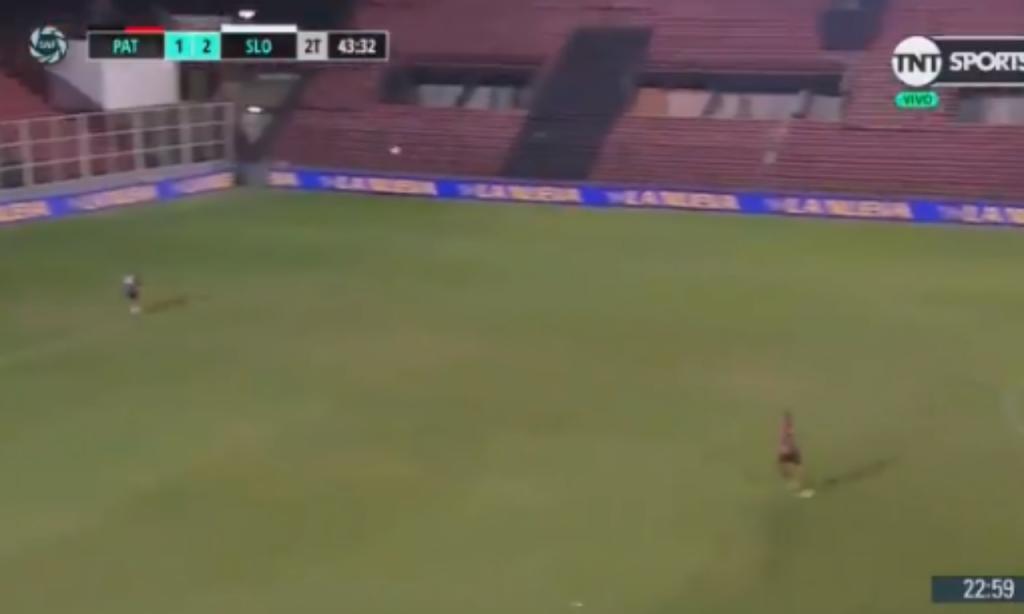Um golaço de fazer levantar o estádio... vazio (twitter)