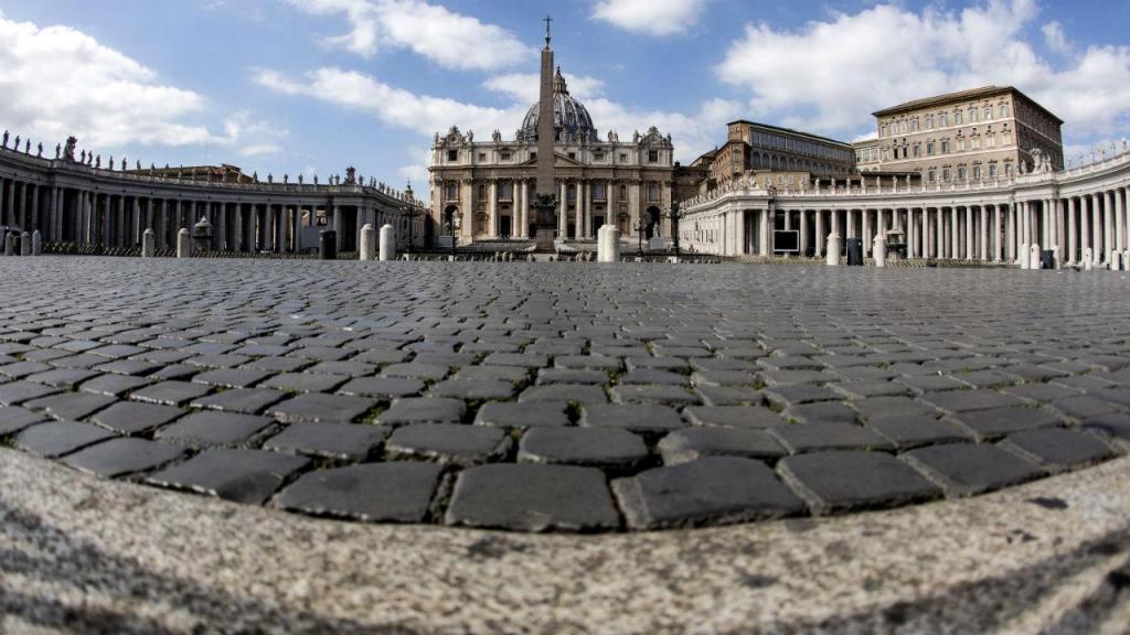 Papa Francisco andou pelas ruas de Roma sozinho e rezou em duas igrejas