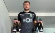 Stefan Ristovski treina com quatro garrafas de vidro