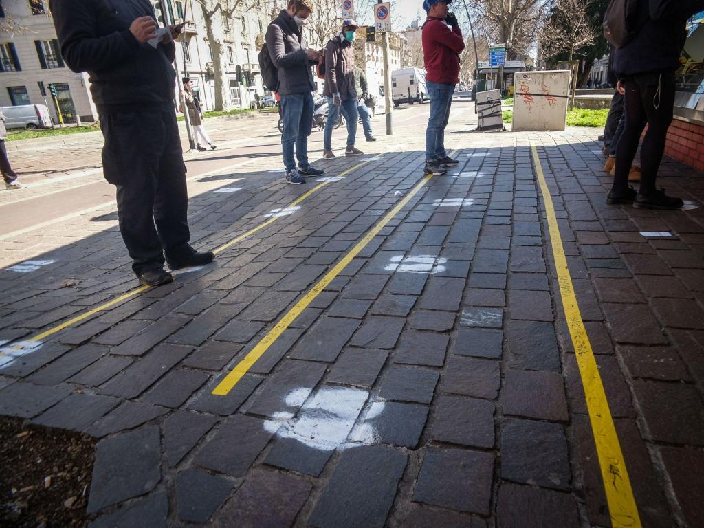 Covid-19: pegadas com distância de segurança em Milão