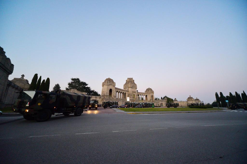 Camiões militares transportam caixões das vítimas em Itália