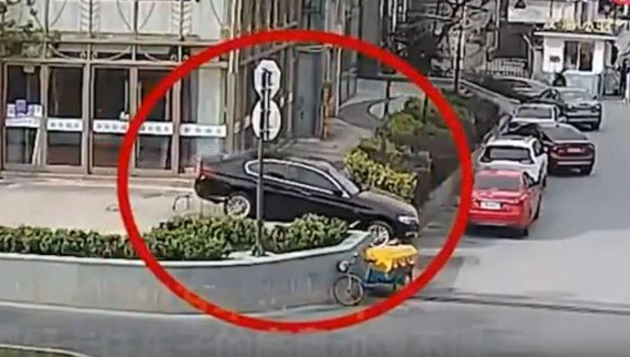 Carro preso nas escadas (Reprodução Youtube)