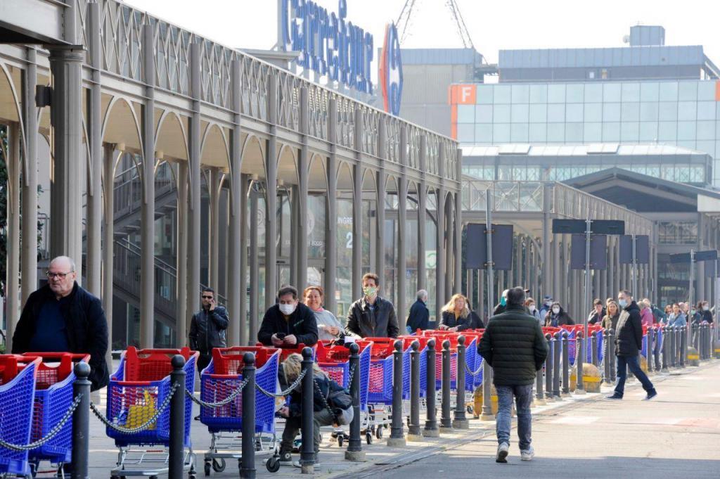 Covid-19: filas para o supermercado em Itália