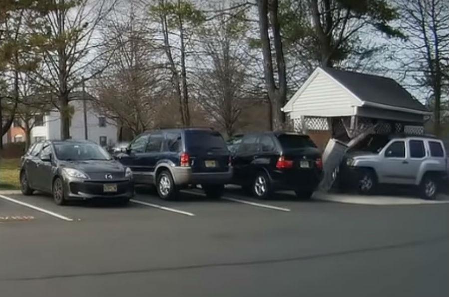 Vídeo: condutora troca pedais e arrasa barraca thumbnail