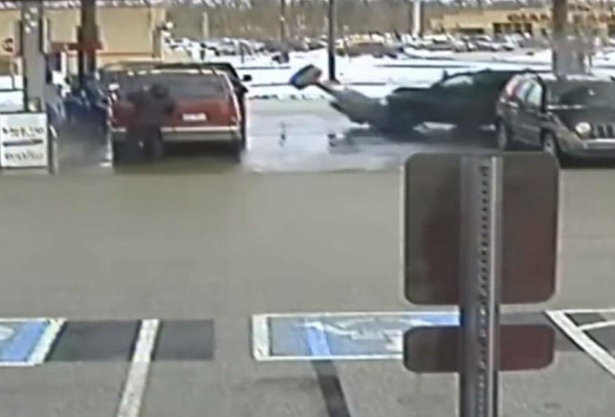 Acidente em estação de serviço (reprodução YouTube «News 5 Cleveland»)