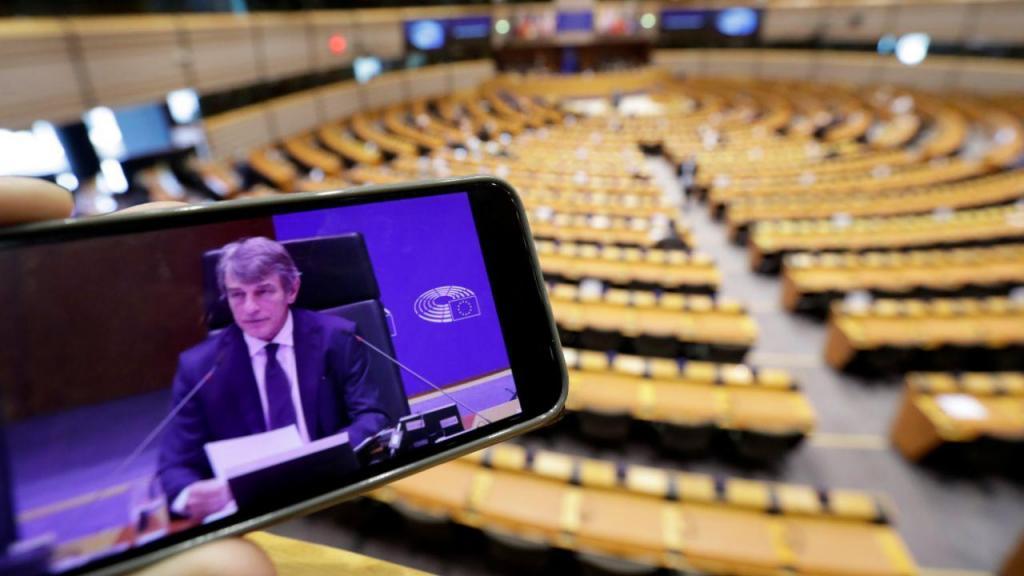 David Sassoli, presidente do Parlamento Europeu, num plenário quase vazio devido à pandemia de Covid-19