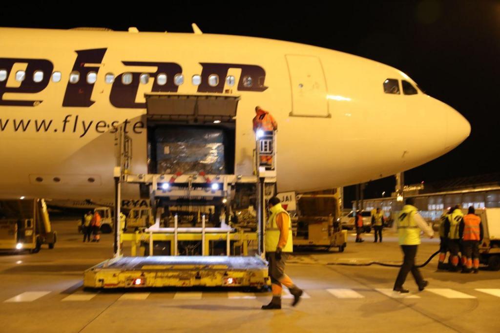 Chegada de avião Airbus com material médico e de proteção proveniente da China