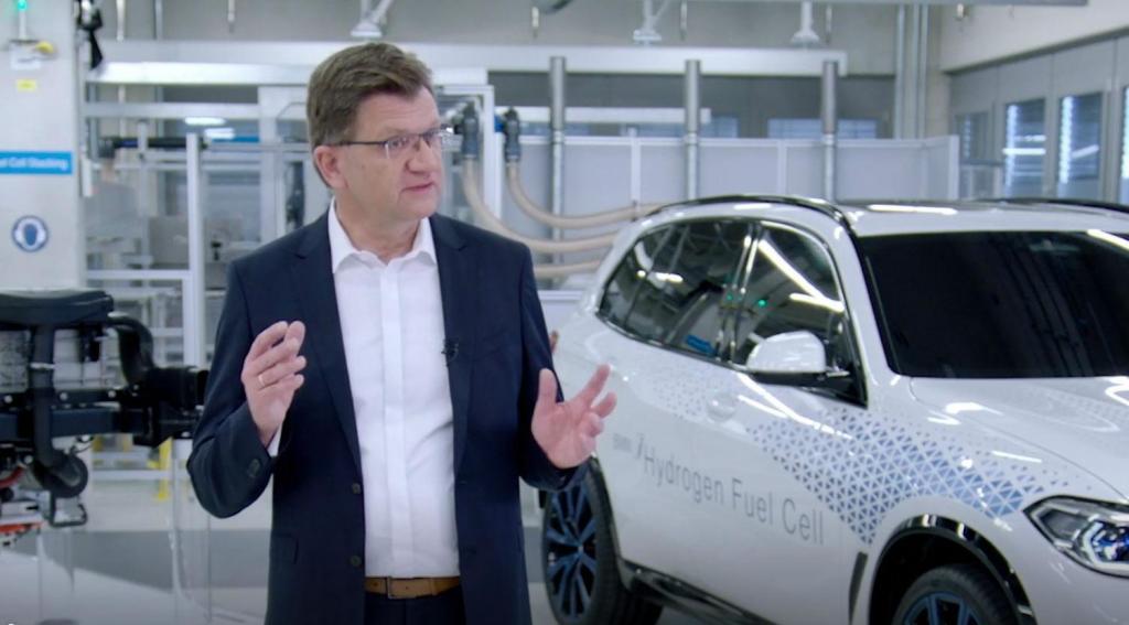 Klaus Fröhlich com o BMW i Hydrogen Next (reprodução site BMW)