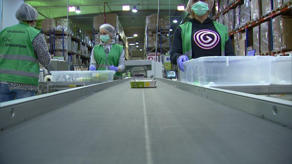 Empresa de brinquedos produz óculos de proteção para profissionais de saúde
