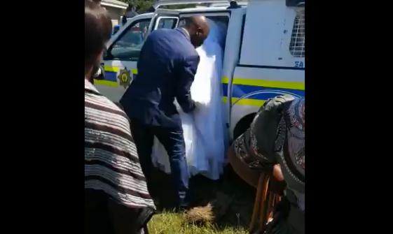 Noivos detidos em África do Sul por avançarem com casamento em época de confinamento obrigatório