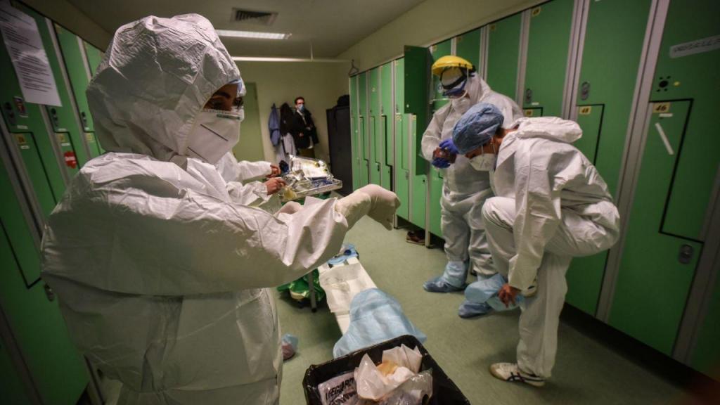 Médicos e enfermeiros italianos