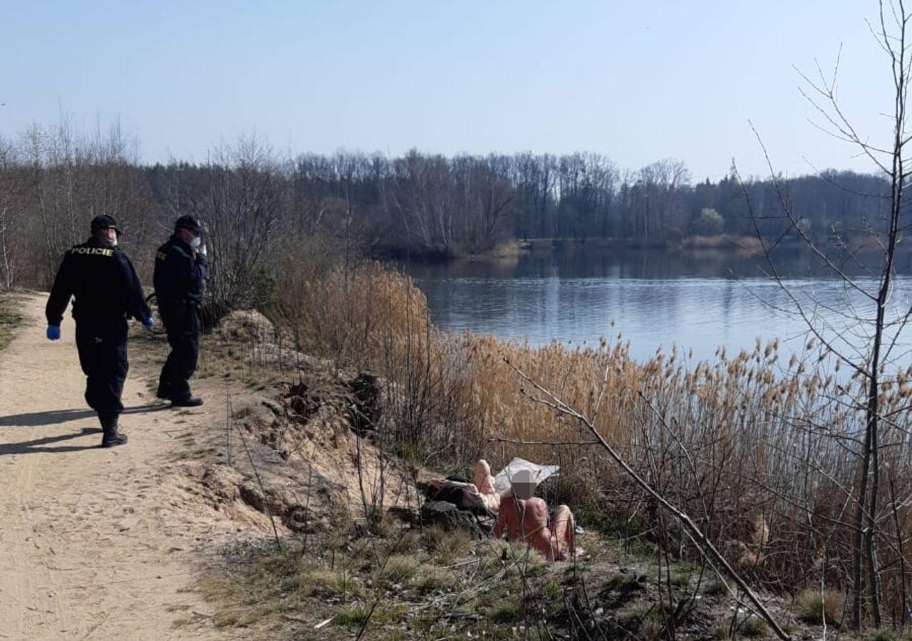 Covid-19: polícia obriga nudistas a usar máscara | TVI24