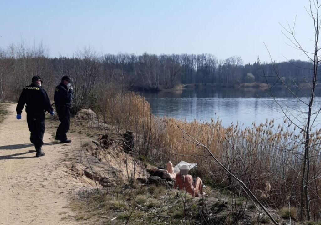 Polícia obriga nudistas a usar máscara na República Chega