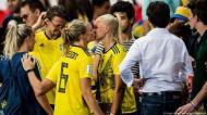 Magdalena Eriksson dá um beijo na namorada Pernille Harder após a Suécia vencer o Mundial de futebol feminino