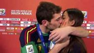 Casillas beija a namorada Sara Carbonero após a conquista do Mundial 2010