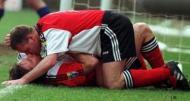 Paul Gascoigne e Ally McCoist beijam-se após um jogo das meias-finais da Taça da Escócia