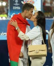 Cristiano Ronaldo beija a namorada Georgina após vencer a Champions 2018 pelo Real Madrid