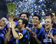 Zanetti beija a Taça de Itália conquistada em 2010 pelo Inter Milão