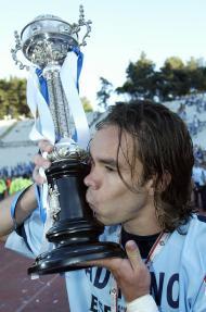 Adriano beija a Taça de Portugal conquistado pelo FC Porto