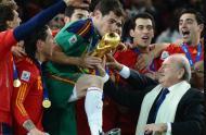 Casillas beija a taça de campeão após vencer o Mundial 2010