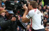Gerrard beija a câmara após fazer um golo pelo Liverpool frente ao Man. United