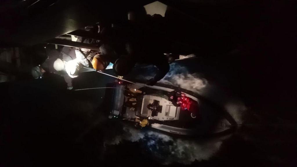 Marinha resgata homem no mar