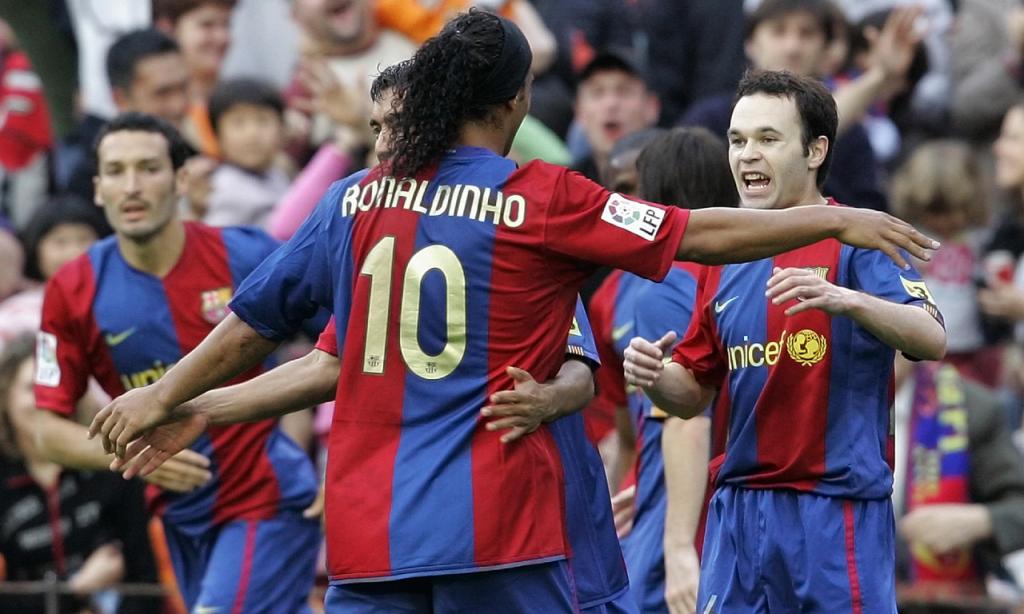 Iniesta e Ronaldinho no Barcelona, em 2007 (AP)