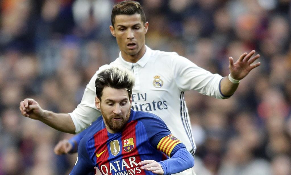 Cristiano Ronaldo e Lionel Messi num Barcelona-Real Madrid, em 2016 (AP)