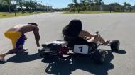 Douglas Costa vence o kart da namorada ao sprint