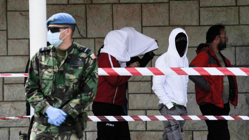 Ministro da Defesa visitou base da Ota, onde estão mais de 130 refugiados infetados com Covid-19
