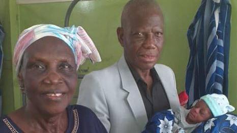 Mulher de 68 anos e homem de 77 foram pais pela primeira vez