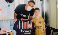 Gonçalo Paciência distribui camisolas nas casas de adeptos do Eintracht