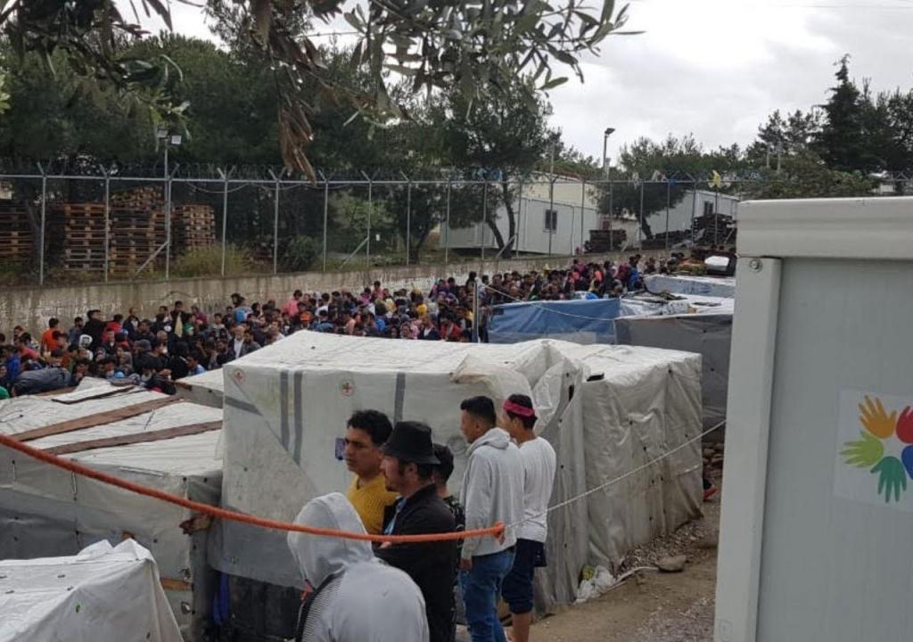 Refugiados retirados do campo de Lesbos
