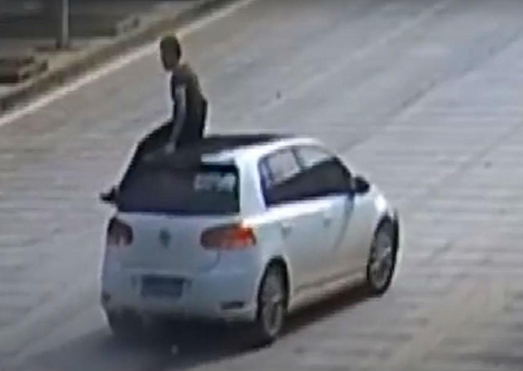 Motociclista aterra em cima de carro que o atropela (reprodução YouTube)