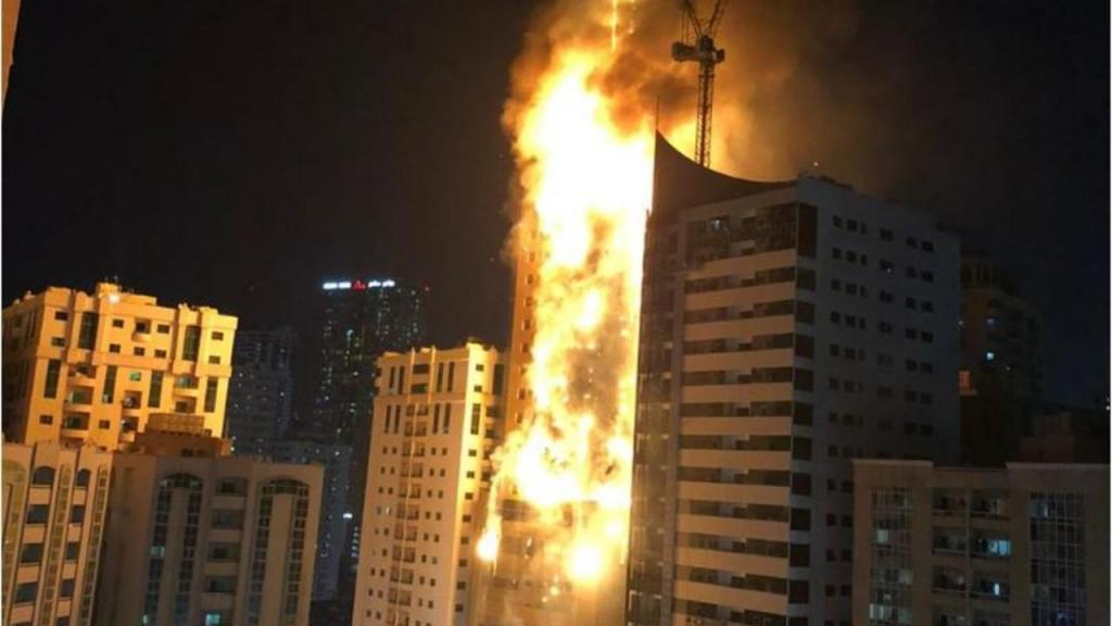 Incêndio de grandes proporções em prédio no Dubai