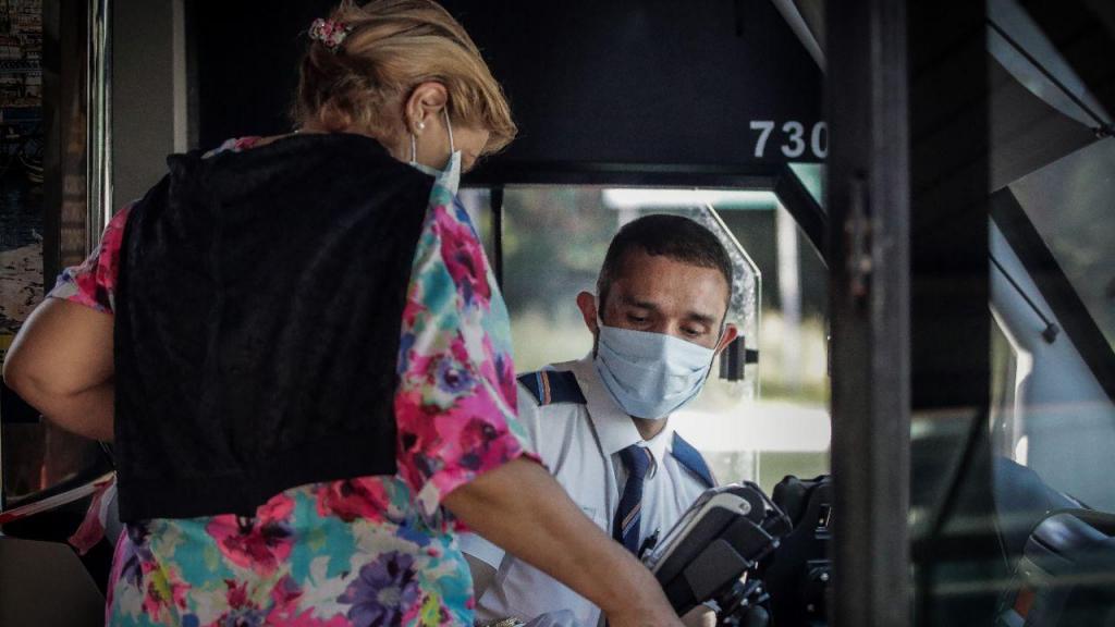 Covid-19: distribuição gratuita de máscaras para os utentes dos transportes públicos em Cascais