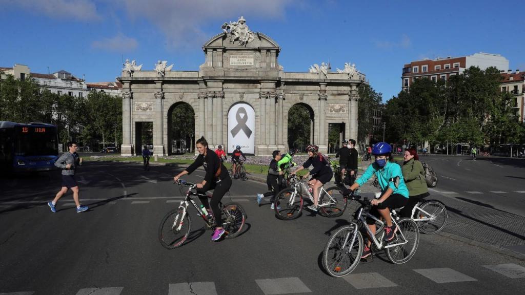 Pessoas fazem exercício na rua, em Madrid, Espanha
