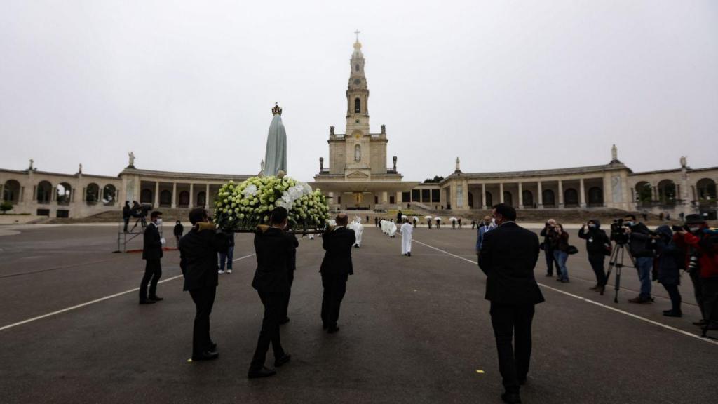 Marcada por um forte nevoeiro, a Procissão do Adeus, em Fátima, fez-se sem lenços brancos e sem peregrinos