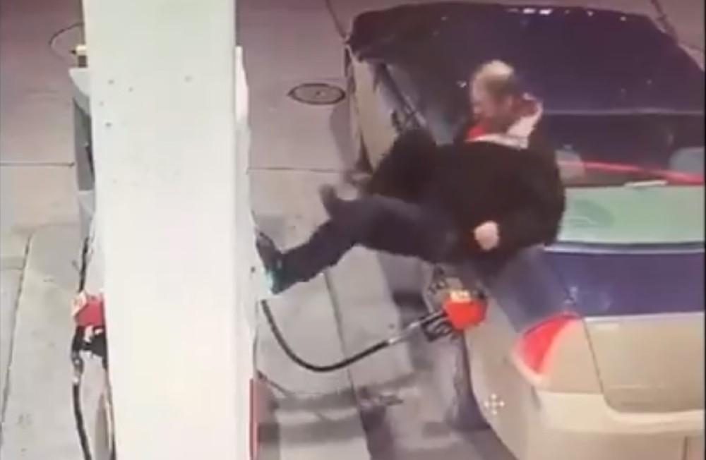 Condutor irritado no Canadá (Reprodução Twitter Polícia de Brandor)