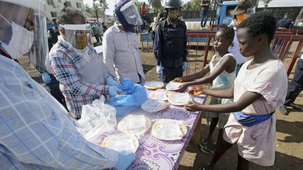 Covid-19: centenas fazem fila para receber comida na Libéria