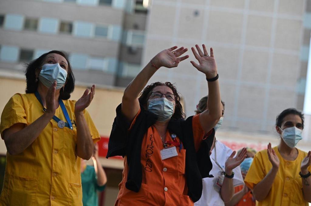 Espanhóis aplaudem profissionais de saúde pela última vez