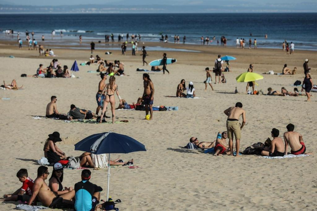 Populares regressam à praia de Carcavelos