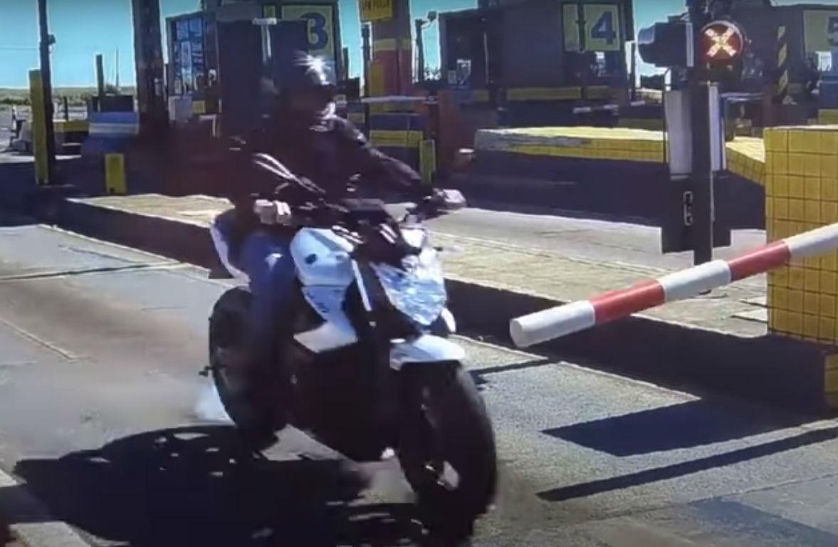 Motociclista tenta passar portagem sem pagar (reprodução YouTube PRF Paraná)