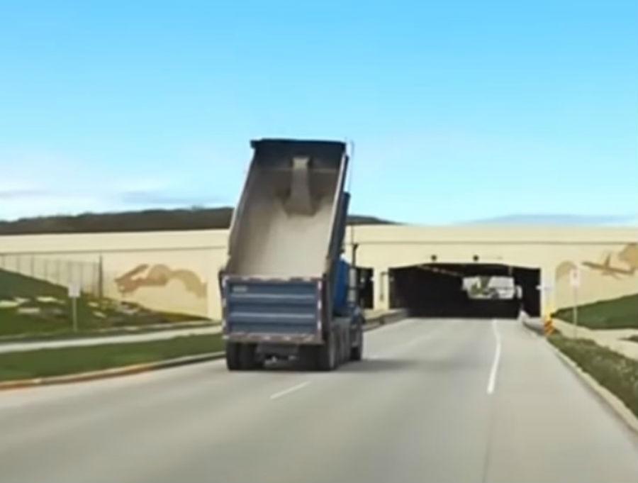 Camião circula com reboque basculante elevado (reprodução YouTube «Fox6 News Milwaukee»)