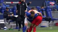 O resumo do triunfo do Augsburgo por 3-0 em casa do Schalke 04