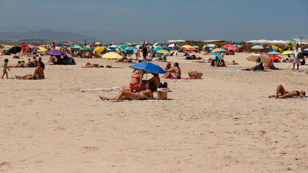 Centenas de pessoas aproveitam o calor para ir às praias da Costa da Caparica