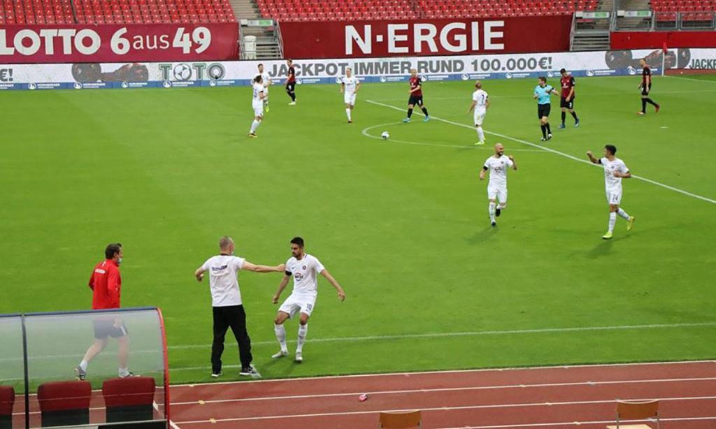 Dimitrij Nazarov, futebolista do Erzgebirge Aue, abraçou o motorista no jogo ante o Nuremberga, após este ter salvo o autocarro da equipa de uma catástrofe (Facebook: Erzgebirge Aue)