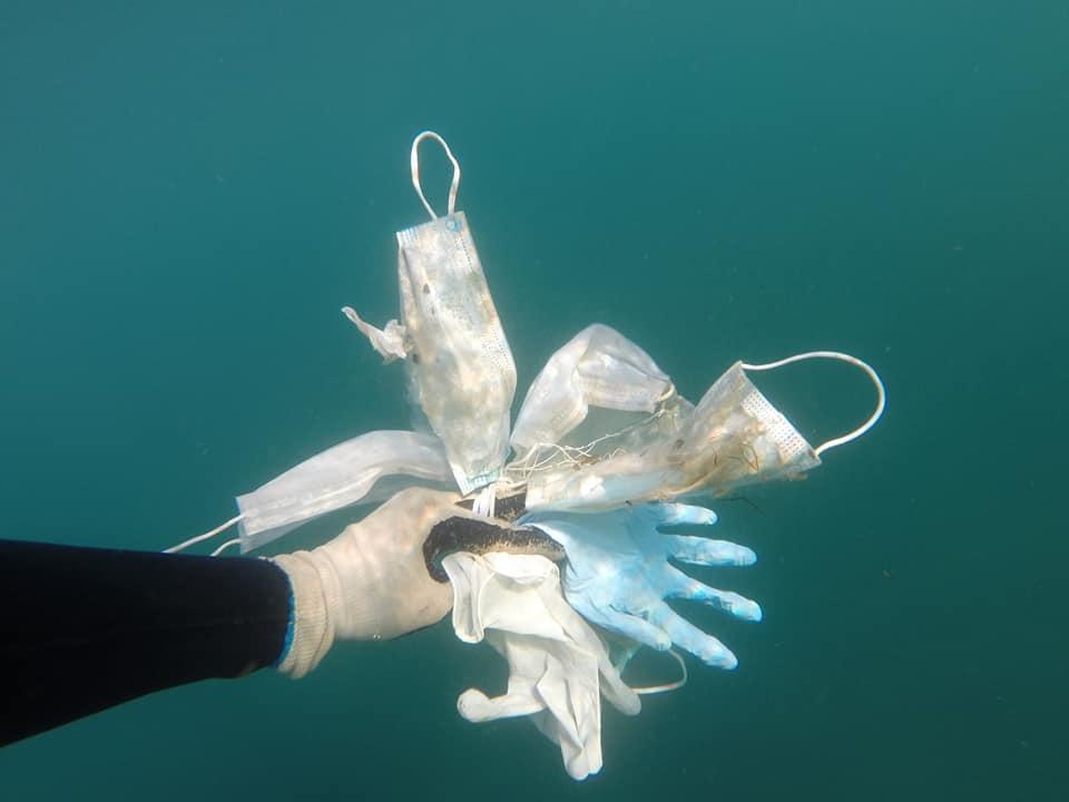 Número de máscaras e luvas no fundo dos oceanos aumenta