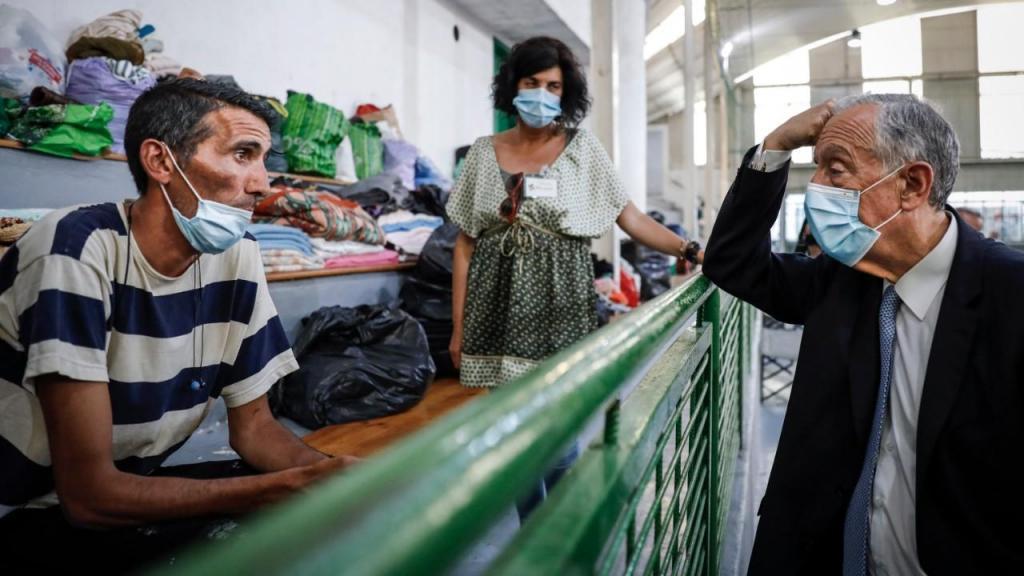 """Marcelo Rebelo de Sousa fala com um sem-abrigo durante a visita ao """"Espaço Acolhimento Liberdade"""""""
